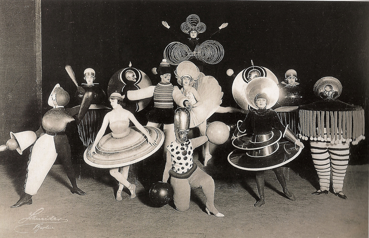 "Oscar Schlemmer: ""Triadic Ballet"" costumes, 1926.  Bauhaus: 1919-1933 5escola bauhaus"